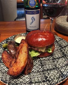 Restaurant Venn, Venn burger and Barefoot Merlot