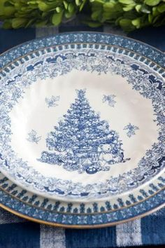 This is a Christmas China I can embrace. :) belenzotti