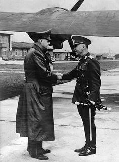 Reichsaussenminister Joachim vRibbentrop begrüsst StaatschefIon Antonescu auf dem Flugplatz inSalzburg