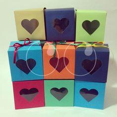 Cajas personalizadas en tamaño y color para que Laura Marín empaque unos regalos especiales.!!