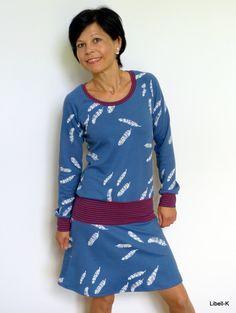 Knielange Kleider - Jersey-Hüftkleid / Jeansblau, Federn - ein Designerstück von Libell-K bei DaWanda