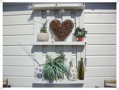 europalle som hylle Outdoor Living, Outdoor Decor, Diy Projects To Try, Wood Pallets, Bird Feeders, Hagen, Porch, Tips, Home Decor