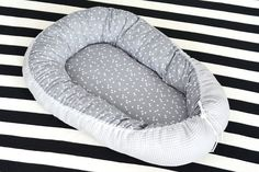 DIY: Babynestje Baby Jokes, Baby Nest Bed, Baby Gym, Crochet Bebe, Newborn Outfits, Baby Crafts, Baby Sewing, Baby Shower Gifts, Bean Bag Chair