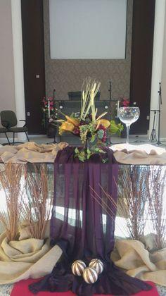 Esta mesa ficou esplêndida, aparecendo o detalhe da mesa de vidro. Church Altar Decorations, Table Decorations, Communion Centerpieces, Holy Thursday, First Holy Communion, Thanksgiving, Creative Decor, Diy Crafts, Holiday Decor