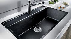 Ekstra stor Silgranit-vask i gnistrende sort fra Blanco. Der er mulighed for at installere alt fra sæbedispenser til Quooker i bagpanelet, som giver mulighed for i alt fem hanehuller...