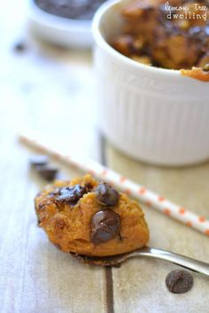 Pumpkin Chocolate Chip Mug Cake - 6 ingredients and 2 minutes to perfection! Pear Recipes, Mug Recipes, Pumpkin Recipes, Fall Recipes, Chocolate Chip Mug Cake, Pumpkin Chocolate Chips, Pear And Almond Cake, Almond Cakes