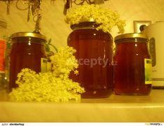 Citron oloupeme a nakrájíme na kousky. Květy opereme a odstříháme velké stonky. Květy s citronem povaříme 20 minut v litru vody a necháme 24...