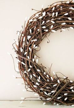 DIY Pussy Willow Wreath ~Cut off the ends of 'Q-Tips. Using a low-temperature, hot glue them to a 'grapevine wreath'. Diy Wreath, Mesh Wreaths, Wreath Crafts, Wreath Ideas, Twig Crafts, Burlap Crafts, Wreath Making, Willow Wreath, Grapevine Wreath