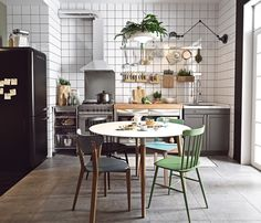 [Interior] Mini apartamento escandinavo a todo color Apartment Interior Design, Interior Design Kitchen, Interior Paint, Interior Ideas, Sweet Home, Kitchen Wall Tiles, Kitchen Chairs, Kitchen Flooring, Scandinavian Kitchen