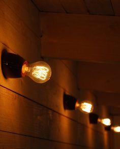 Det enkle er ofte det vanskeligste, men det er ofte de enkle tingene som gir effekt og vinner våre hjerter. Til tross for sin enkelhet kan Ifö Basic brukes i de mest eksklusive miljøer. Ifö Basic er designet av Duoform og er tilgjengelig i to modeller, en rett modell og en skråstilt med 15 graders helling. Du endrer enkelt utseende og uttrykk på lampen ved valg av ulike lyskilder. Light Bulb, Wall Lights, Lighting, Design, Home Decor, Appliques, Decoration Home, Light Fixtures, Room Decor