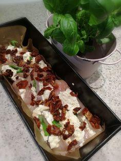 Kurczak zapiekany z mozzarellą bazylią i suszonymi pomidorami Składniki na 2-3 porcje filet z kurczak 3 pojedyncze liście bazylii kulka mozzarelli suszone pomidory 3-4 sól, pieprz, tymianek, majeranek Przygotowanie Pomidory suszone zalewamy gorącą wodą, odstawiamy na parę minut, aż zmiękną. Mięso, liście bazylii płuczemy pod zimną, bieżącą wodą, osuszamy. Filet nacinamy pod ukosem i faszerujemy …