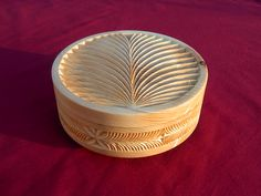 Boîte en pin cembro, par Jean Boucher (sculpture sur bois du Queyras, au couteau).