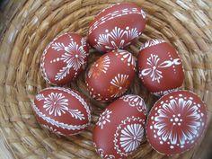 Malované+kraslice+Kraslice+od+slepiček+malované+voskovým+reliéfem.+Vajíčka+barveny+hnědou+akrylovou+barvou.+Cena+za+jeden+kus.+Zasílám+jako+křehké+zboží.+V+případě+ objednávky+uveďte+číslo+ kraslice.+Počítejte+z+levé+strany.