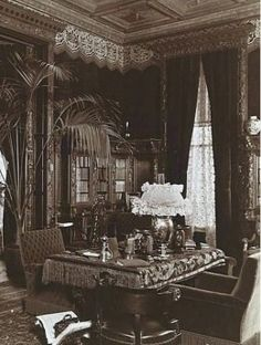 4 Basics of Victorian Interior Design and Home Décor New York City Late InteriorNew York City Late Interior Victorian Rooms, Victorian House Interiors, Victorian Parlor, Victorian Life, Victorian Design, Victorian Decor, Vintage Interiors, Victorian Curtains, Victorian Furniture