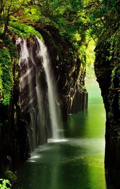自然溢れる崖に挟まれた峡谷で、そこを流れ落ちる「真名井の滝」は絶景に相応しい美しさ。ボートを借りて間近で見ることも可能です。