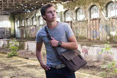 Urban Bozz mannentas: FALLON. Compacte messenger bag met een tijdloze uitstraling. Groot genoeg om alles wat je dagelijks nodig hebt in mee te nemen maar praktisch vanwege zijn geringe formaat.