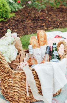 to Picnic Like an Event Planner Here's what you need to create the perfect picnic this summer.Here's what you need to create the perfect picnic this summer. Plateau Charcuterie, Romantic Picnics, Le Diner, Learn To Cook, Antipasto, Coffee Break, Party Planning, Party Time, Entertaining