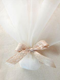 Χειροποίητη μπομπονιέρα γάμου με κορδέλα σε χρώμα μόκα και δαντέλα. Η τιμή συμπεριλαμβάνει το Φ.Π.Α. και 5 κουφέτα αμυγδάλου Wedding Gift Card Box, Gift Card Boxes, Wedding Favors, Wedding Bouquets, Wedding Gifts, Wedding Dresses, My Perfect Wedding, Dream Wedding, Invitation Cards