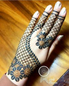 Flower Glitters Mehndi Design Mehndi henna designs are always searchable by Pakistani women and girls. Women, girls and also kids apply henna on their hands, feet and also on neck to look more gorgeous and traditional. Latest Arabic Mehndi Designs, Rose Mehndi Designs, Basic Mehndi Designs, Back Hand Mehndi Designs, Latest Bridal Mehndi Designs, Mehndi Designs For Beginners, Mehndi Design Photos, Latest Mehndi Designs, Mehndi Images