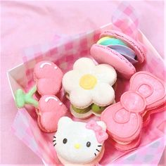 😻 These macarons featuring Hello Kitty are too cute to be eaten! 😋 Macarons are sweet meringue-based confections originally introduced in France by an Italian chef. Cute Baking, Kawaii Dessert, Japanese Snacks, Japanese Candy, Cute Desserts, Disney Desserts, Cafe Food, Cute Cakes, Aesthetic Food