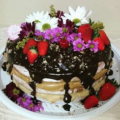 Naked cake cobertura de ganache de chocolate decoração flores e frutas