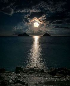 """""""Moon flirts with the Sea in the secrets of night 😲🙄 Nature love is Invisible 😍"""" Beautiful Sky, Beautiful Landscapes, Nature Pictures, Beautiful Pictures, Shoot The Moon, Moon Photography, Moon Art, Amazing Nature, Belle Photo"""
