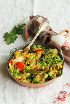 Paëlla de légumes {vegan - sans gluten} - Ingrédients :250 g de riz rond,60 cl d'eau,1 fenouil, 1 oignon,100 g de fèves,100 g de petits-pois,1 poivron...