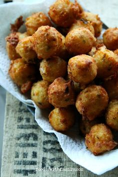 Creamy, cheesy, deep-fried Cheesy Jalapeno Potato Poppers are the happy love child of tater tots and jalapeno poppers. Jalapeno Recipes, Spicy Recipes, Potato Recipes, Cooking Recipes, Easy Recipes, Best Appetizers, Appetizer Recipes, Party Appetizers, Potato Poppers