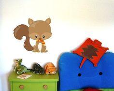 Buntes Wandtattoo Baby Eichhörnchen. Baby Eichhörnchen Wandtattoo in einer Breite ab 30cm