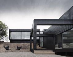 Το κτίριο Ridge Road Residence σχεδιάστηκε από το Studio Four και είναι ένα minimal σχέδιο το οποίο χαρακτηρίζεται από το μαύρο χρώμα του εξωτερικής επιφάνειας. Το οίκημα έχει άπλετο φως από τις τεράστιες γυάλινες επιφάνειες