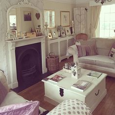 Shabby and Charme: Un cottage inglese con un fantastico conservatory Shabby Chic Farmhouse, Shabby Chic Cottage, Shabby Chic Homes, Cosy Lounge, Cosy Room, Cottage Furniture, Front Rooms, Living Room Decor, Living Rooms