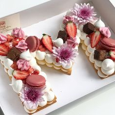 How to make the hottest trend in desserts right now, the cream tart! Pretty Cakes, Cute Cakes, Beautiful Cakes, Amazing Cakes, Cookies Et Biscuits, Cake Cookies, Cupcake Cakes, Alphabet Cake, Biscuit Cake