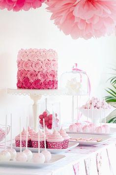 Espectacular mesa de postres con torta de bodas y cupackes en tonos rosados...