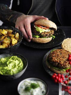 Smagfulde burgerbøffer: Ris, champignoner og bønner er hovedbestanddelene i burgerbøfferne. Spis dem med dit grønne yndlingsburgertilbehør. Foto: Jesper Glyrskov (Recipe in Danish)