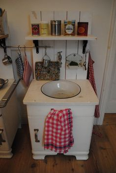Kinderküche selber bauen toom  Missis Pf: DIY Kinderküche aus einem alten Möbel | Bastelidee ...