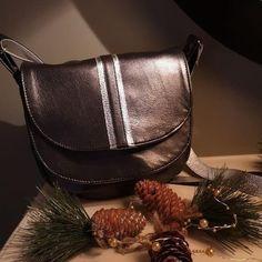 Atelier24 sur Instagram: Une jolie commande pour Noël ! Merci @barre__charlotte 🎅 Musette, sac besace, en cuir noir et argent.…