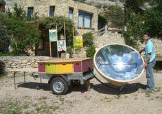 <br>Pour renforcer la démarche d'éducation à l'environnement de l'éco-gîte du Loubatas (13), le Pôle Éco Design a conçu en 2013 un dispositif atypique: la carriolina del sol. Elle est équipée d'un cuiseur solaire ainsi que de plusieurs kits pédagogiques (ex: mini-éoliennes) et accompagnée de 30 bornes d'exposition éducative installées dans le bâtiment. Celles-ci sont matérialisées par  des boîtes triangulaires rotatives, supports de mini-installations ludiques sur la construction…