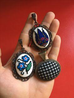 Butterfly Cross Stitch, Cross Stitch Art, Cross Stitch Embroidery, Cross Stitch Patterns, Thread Holder, New Crafts, Mini, Knit Crochet, Crochet Necklace