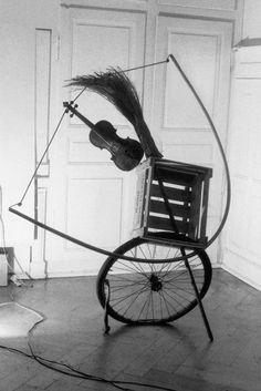 Peter Fischli David Weiss, music sounds in the woods in the afternoon, 1984 Still Life Photography, Fine Art Photography, Fischli Weiss, Balance Art, A Level Art, Modern Sculpture, Art Object, Installation Art, Art Inspo