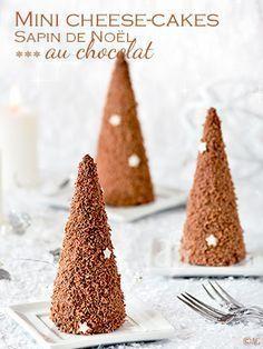 Une recette de cheesecake sans cuisson en forme de sapin de Noël. Il s'agit de cornets de glace, recouverts de chocolat fondu et râpé et remplis d'une base de cheesecake sans cuisson au chocolat.