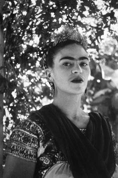 Frida Kahlo en Xochimilco, 1941. Fotografía Leo Matiz
