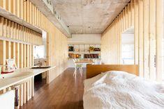 ベッドの横に洗面台!?でもよく考えたら朝の寝癖なおしも、寝る前の歯磨きもまとめて済んじゃうという利便性の高いつくりです。 #洗面 #寝室 #インテリア #EcoDeco #エコデコ #リノベーション #renovation #東京 #福岡 #福岡リノベーション #福岡設計事務所 Divider, House Styles, Room, Home Decor, Furnitures, Bedroom, Decoration Home, Room Decor, Rooms
