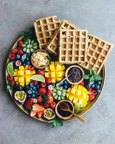 oat waffles & fruit platter by haferwaffeln & obstteller овсяные вафли и фрукты Best Breakfast, Healthy Breakfast Recipes, Healthy Recipes, Breakfast Fruit, Healthy Eating, Food Set Up, Food 52, Quick Banana Bread, Breakfast Pictures