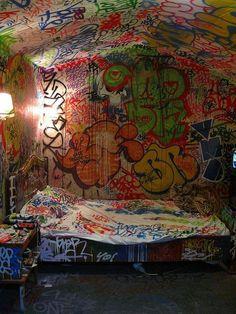 Urban Art Home with graffiti walls Graffiti Room, Graffiti Kunst, Street Art Graffiti, Graffiti Wallpaper, Graffiti Lettering, Graffiti Artists, Street Artists, Punk Room, Sticker Street Art