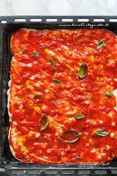 Condire la pizza con pomodori pelati, basilico e olio - Ricetta pizza in teglia Crepes, Pizza Party, Pepperoni, I Love Food, Cheesecake, Food And Drink, Cooking Recipes, Ethnic Recipes, Desserts