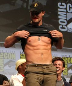 Holy hotness! Stephen Amell showed off his abs at Comic-Con.