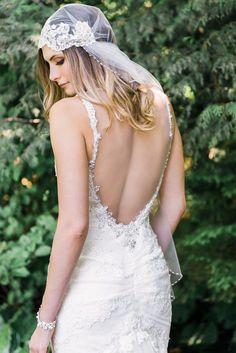 véu de noiva e vestido com as costas abertas