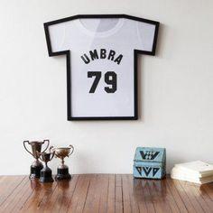 #design3000 Der T-Shirt Rahmen T-Frame lässt Ihr Lieblings-Shirt als Kunstwerk erscheinen.