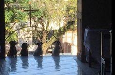 Fica Cãomigo: Comovente cena de cães assistindo missa, em Porto ...