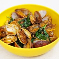 Clams with Thai Red Curry Paste. Stir fry clams with Thai red curry paste and basil Healthy Thai Recipes, Asian Recipes, Ethnic Recipes, Seafood Recipes, Appetizer Recipes, Appetizers, Fried Clams, Red Curry Paste, Good Enough To Eat